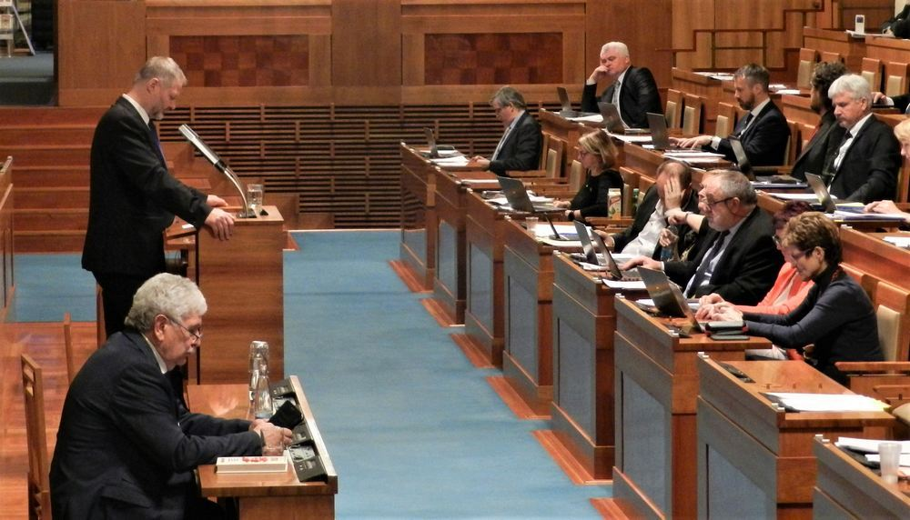 捷克參議員瓦茨拉夫‧哈姆博克(左站立者)在發言。(明慧網)