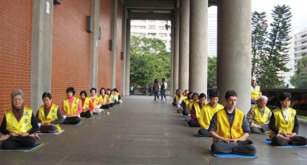 法輪功學員在紀念館的迴廊上展示功法。(明慧網)