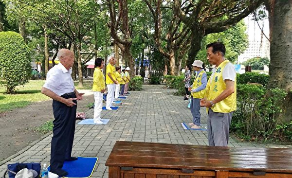 九十多歲的老大爺(左一)每天煉功,身體健康、心情愉快。(明慧網)