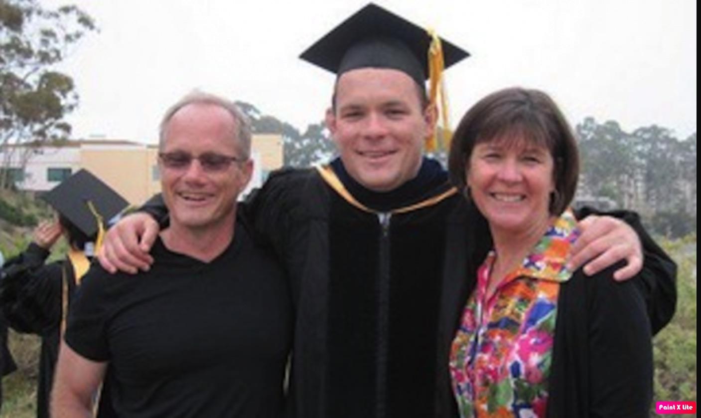 美國司法部上個月底宣布起訴華為,讓疑因華為冤死的謝恩・托德(Shane Todd,如圖中)的母親,重新燃起為愛兒伸張正義的希望。(英文大紀元/托德家人提供)