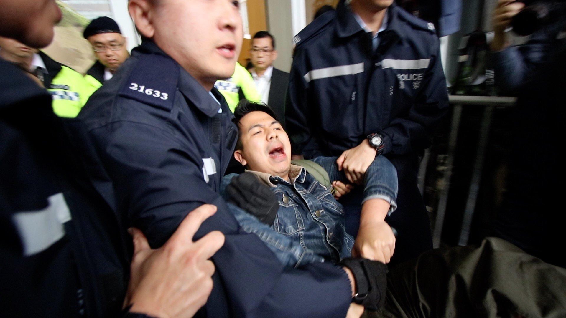 2019年9月3日早上,香港眾志主席林朗彥回港入境時被抓。圖為2019年3月15日,林朗彥被警察拘捕。(大紀元)