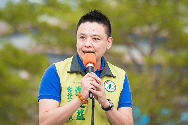 台北市議員洪建益聲援法輪功,要求中共尊重普世價值,認為中共領導人不能對迫害視而不見。(陳柏州/大紀元)