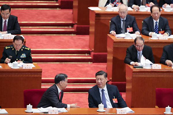 3月5日的中共人大會議上,汪洋與習近平交流。(Lintao Zhang/Getty Images)