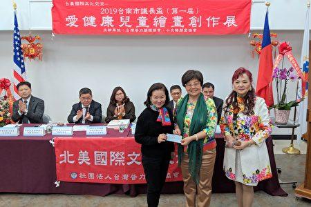 中美文化基金會執行長徐朱留弟,特別捐贈5千美元給臺灣普力關懷協會,為重症病童盡一分心力。前排左起:徐朱留弟、張慧芳、王寶君。