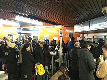 連夜大雪,導致長途巴士大面積延誤,圖為在紐新航港局客運總站聚集了大批等車的乘客。