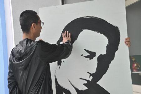 """收容人阿成喜欢画画,在舞台展开""""街头涂鸦""""画面,希望儿子在同学面前,可以引以为荣。"""