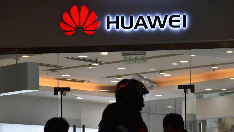 中共兩會發言人稱,美國以中國「情報法」來判斷華為配合北京收集情報,是對中國法律斷章取義。但除了「情報法」外,「反恐怖主義法」也要求電信業者預設技術接口。 (GREG BAKER/AFP/Getty Images)