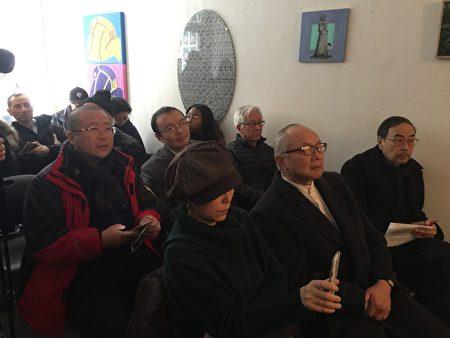 多位旅居纽约的艺术家与民主人士参加了昨天的纪念六四艺术作品交接仪式。
