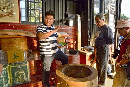 焙茶的火候可分成武火和文火,大部分師傅都使用武火,文火很少人用,文火焙茶的祕訣必須經過老師傅傳授才能學得到,而且相當費工費時。