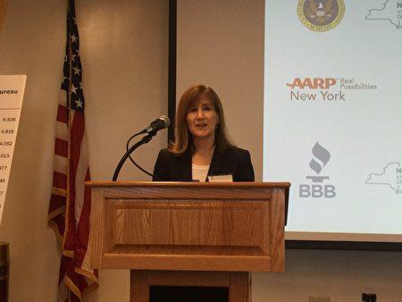 州癌症庭消费者保护部门副局长Nancy Ruskin提醒人们关于清债方面的防欺诈建议。