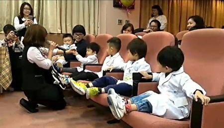 護理部主任韓美寧進行有獎徵答遊戲,答對的小朋友還有小禮物。(徐乃義/大紀元)