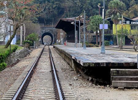 假日的觀光客乘坐火車來到車埕,在寬敞的鐵道區自由來去。(鄧玫玲/大紀元)