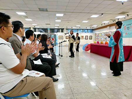 來自沖繩的橫目博二(中)演唱八重山古典民謠,帶動10校聯展開幕氛圍。