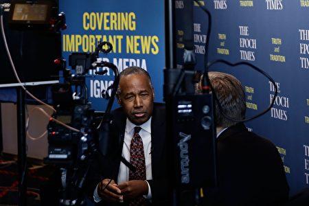 2月28日,美國住房長及城市發展部部長本·卡森(Ben Carson)在CPAC會議上接受大紀元專訪。 (Alex Wong/Getty Images)