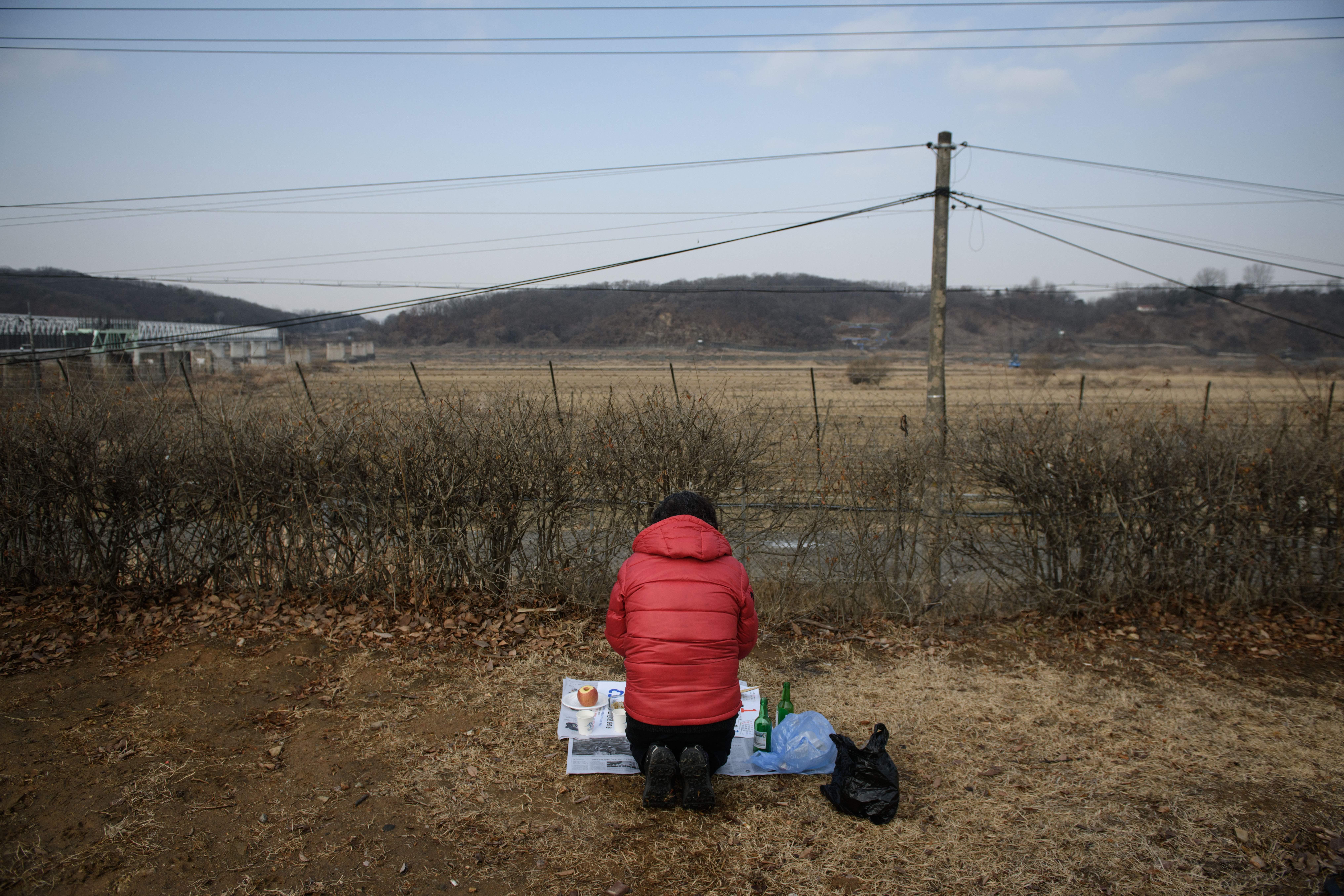 聯合國(UN)官員於周三(3月6日)表示,2018年北韓的糧食產量降至十多年來的最低水平。圖中是2019年2月5日,一位北韓女子在北韓新年期間祭祀祖先。(ED JONES/AFP/Getty Images)