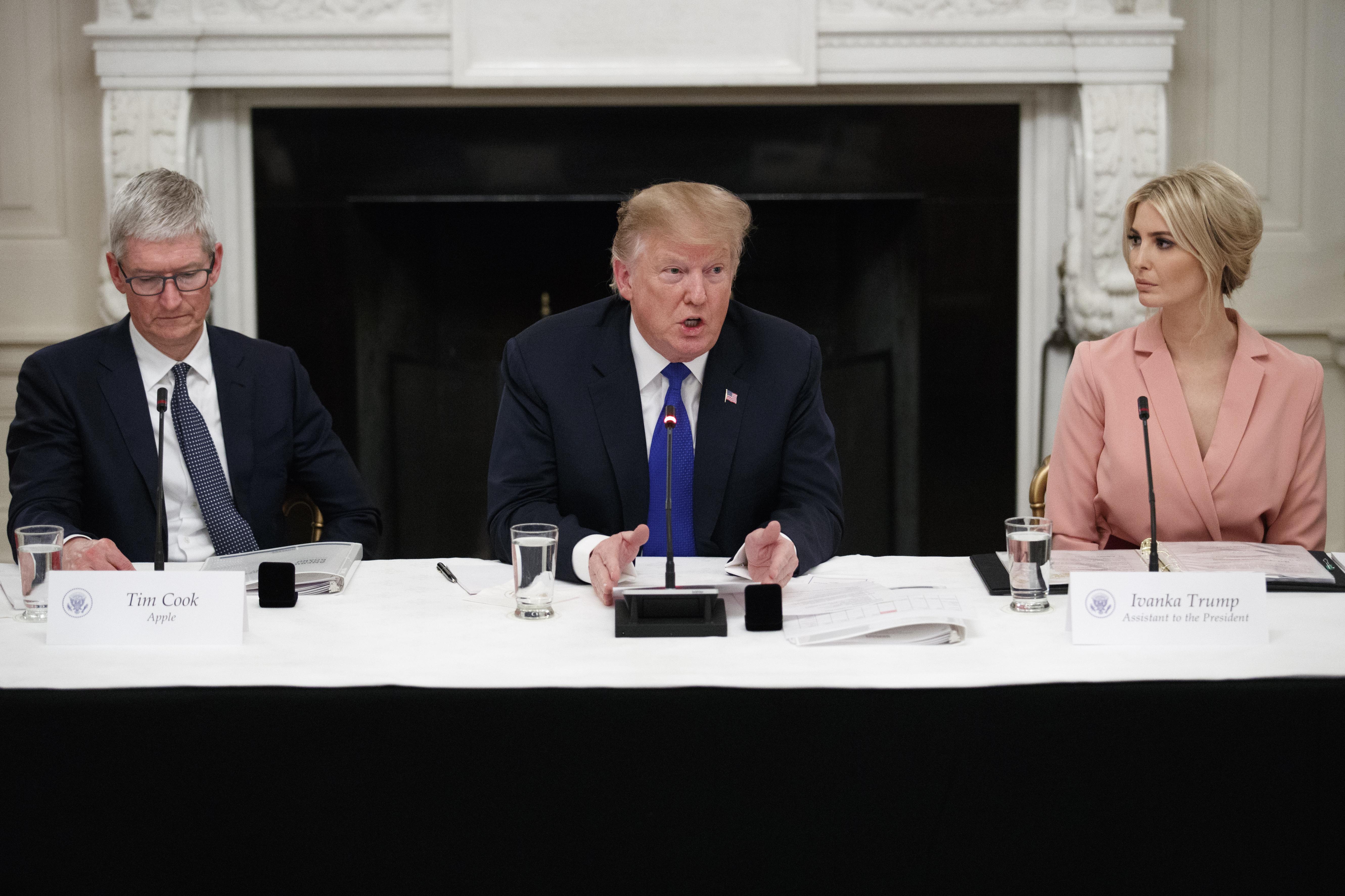 3月6日下午,特朗普總統主持在白宮舉行的「美國勞動力政策諮詢委員會」,坐在其右側的是蘋果首席執行官庫克(Tim Cook),左側為其長女伊萬卡(Ivanka Trump)。(Tom Brenner/Getty Images)