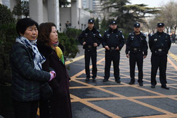 MH370遇難的乘客大部份是中國人,值此5周年之後,一些中國人到中共在海外的領館哭訴,討說法。(GREG BAKER/AFP/Getty Images)