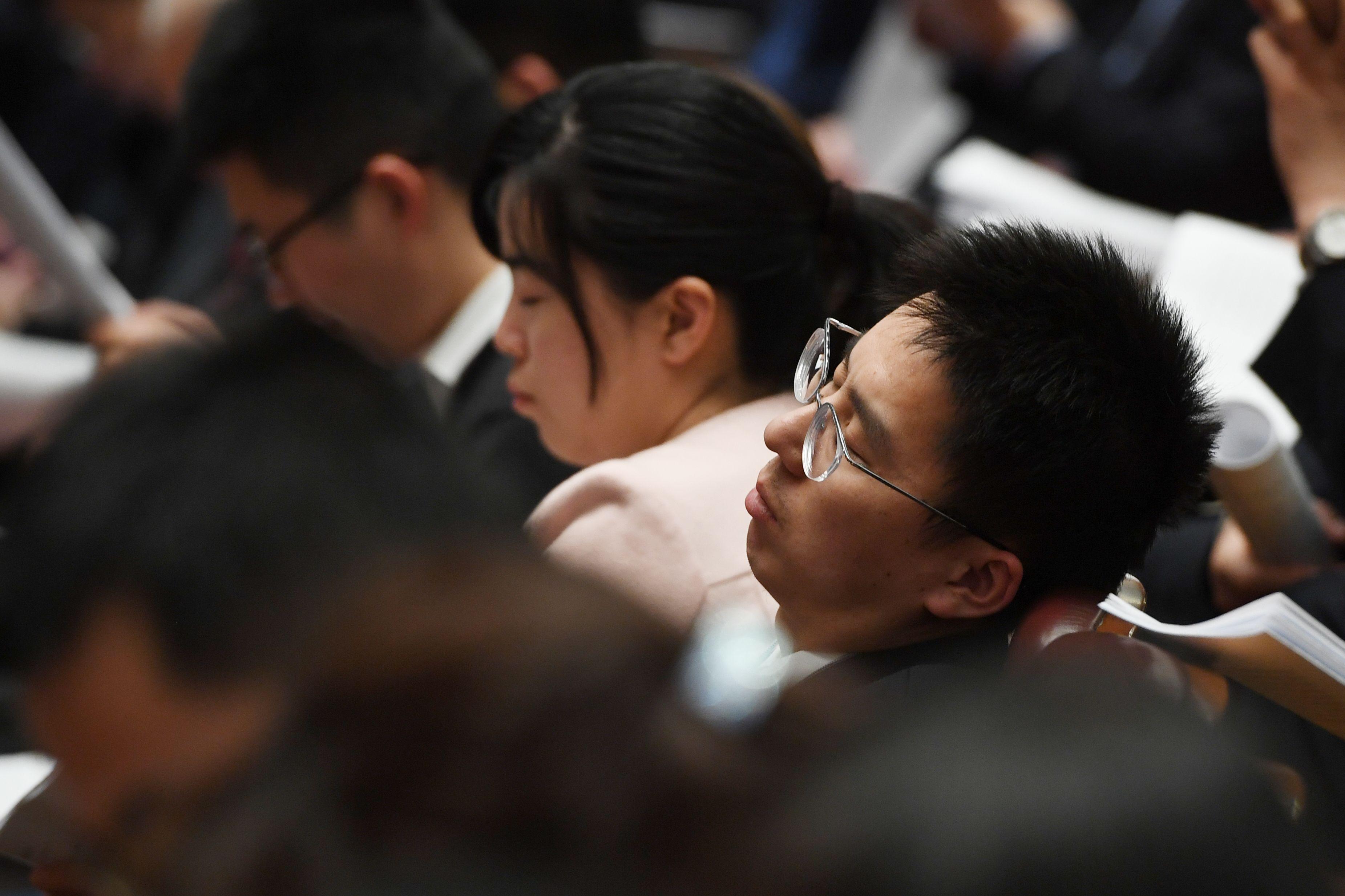 預計《外商投資法》將於周五(3月15日)在人大橡皮圖章會上表決通過成為法律,並快速實施。圖為2019年與會的人大代表在會場上睡著了。(GREG BAKER/AFP/Getty Images)