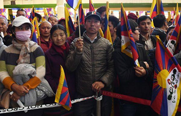 來自世界各地的支持者聚集西藏流亡政府所在地、印度北部山區的達蘭薩拉舉行紀念活動。(MONEY SHARMA/AFP/Getty Images)