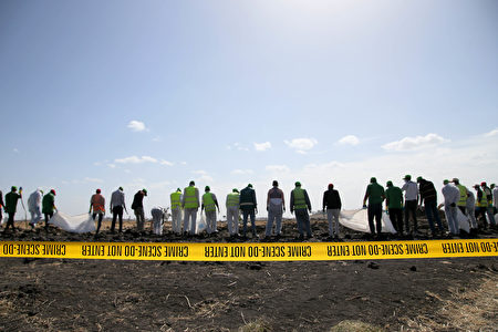 2019年3月12日,法醫調查員和恢復隊在埃塞俄比亞航空公司墜毀的302航班現場收集個人物品和其它材料。這架波音737 Max 8航班從亞的斯亞貝巴起飛後6分鐘失事,造成157名乘客和機組人員死亡。(Jemal Countess/Getty Images)