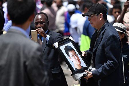 2019年3月10日埃塞俄比亞航空公司的302航班失事,造成157人遇難,其中包括8名中國人。圖為3月13日遇難華人家屬前往出事地點,悼念親人。(TONY KARUMBA/AFP/Getty Images)