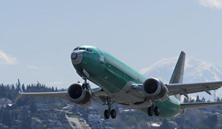 一架剛出廠的波音737 MAX 8客機於2019年3月22日從華盛頓州倫頓市波音公司工廠附近的倫頓市機場起飛。(Stephen Brashear/Getty Images)