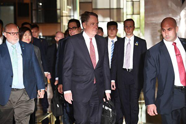 剛結束的會談是特朗普推遲3月2日加徵2000億美元中國商品關稅以來,美中雙方首次面對面會談。美國貿易代表羅伯特‧萊特希澤(Robert Lighthizer)和財政部長史蒂芬‧姆欽(Steven Mnuchin)赴京和劉鶴進行會談。(GREG BAKER/AFP/Getty Images)