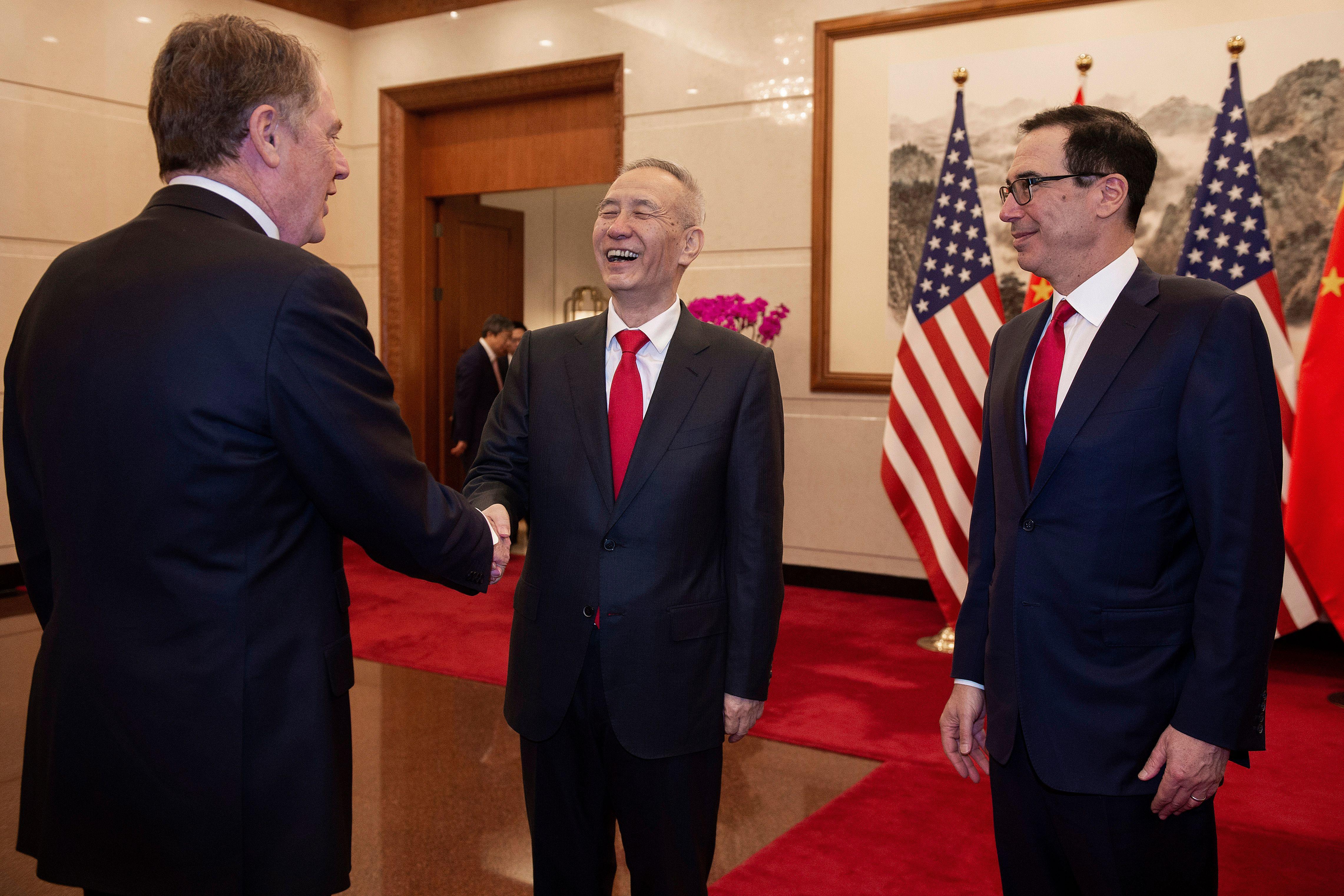 圖為中共國務院副總理劉鶴(中)與美國貿易代表羅伯特·萊特希澤(左)和美國財政部長史蒂芬·姆努欽(右)於2019年3月29日在北京釣魚台國賓館進行第八輪貿易談判。 (NICOLAS ASFOURI/AFP/Getty Images)