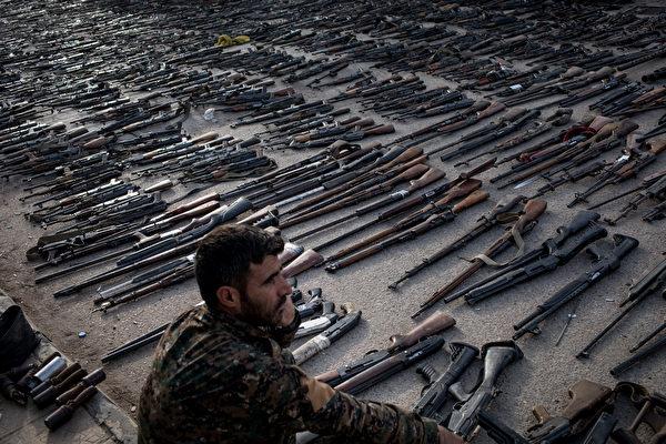 繳獲的ISIS武器。(Chris McGrath/Getty Images)