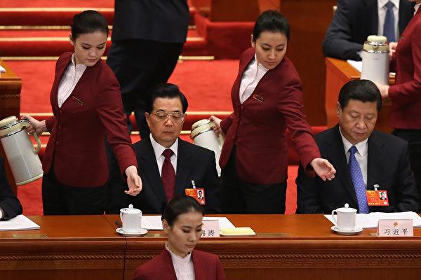 2013年的中共兩會上,仍是全部為女服務員。 (Photo by Feng Li/Getty Images)