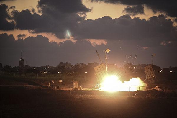 圖為以色列的鐵穹系統在執行攔截任務。(Ilia Yefimovich/Getty Images)