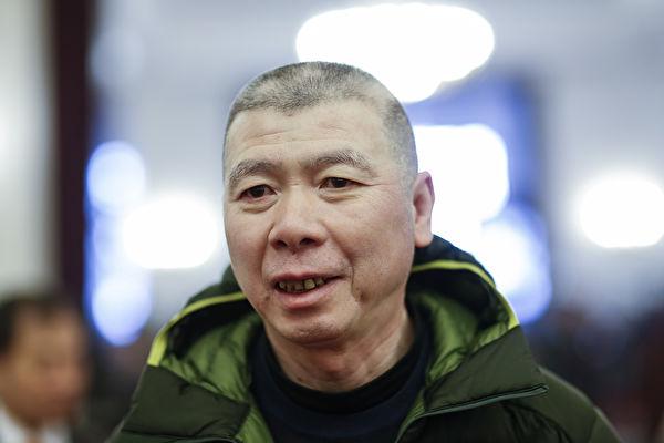冯小刚白癜风疑变严重 斑秃明显头部起大包
