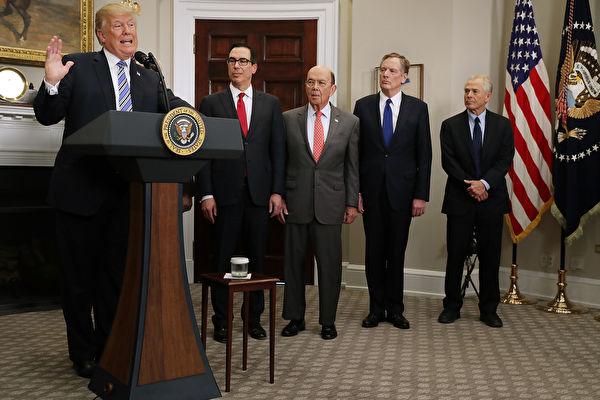 圖為2018年3月22日,為反制中共侵犯美國知識產權,美國總統特朗普簽署備忘錄,對600億美元的中國商品加徵關稅。 (Chip Somodevilla/Getty Images)
