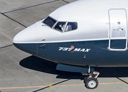 2018年3月16日,波音737 MAX 7完成第一次試飛後,測試飛行員吉姆·韋伯(Jim Webb)在駕駛艙豎起大拇指。(Stephen Brashear/Getty Images)