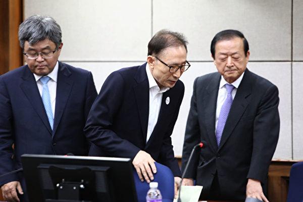 韩国前总统李明博(中)在申请保释的当天即被保释。图为2018年5月23日出席首次审判的情景。(Chung Sung-Jun/Getty Images)