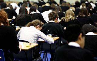 資金不足 英國校長給學校刷廁所