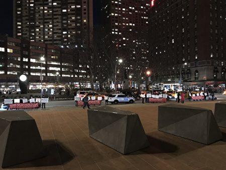 2019年3月6日晚上李華紅組織20多人在劇院旁邊試圖干擾神韻演出。(大紀元)