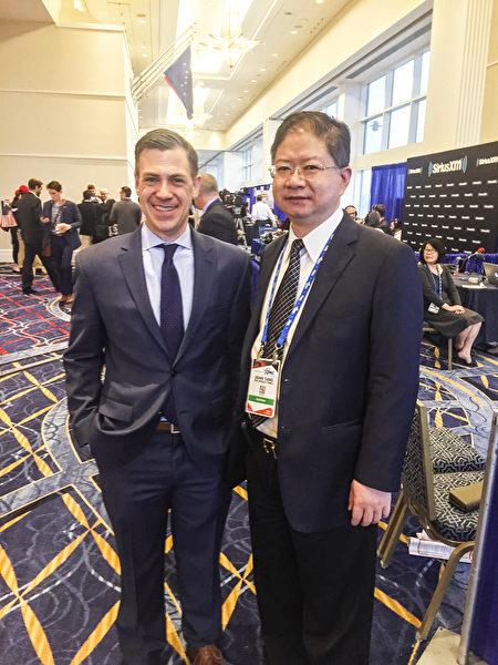 美國國會議員Jim Banks(左)一直關注中共滲透。在接受專訪後,Banks議員與大紀元總裁唐忠(右)合照。(大紀元)
