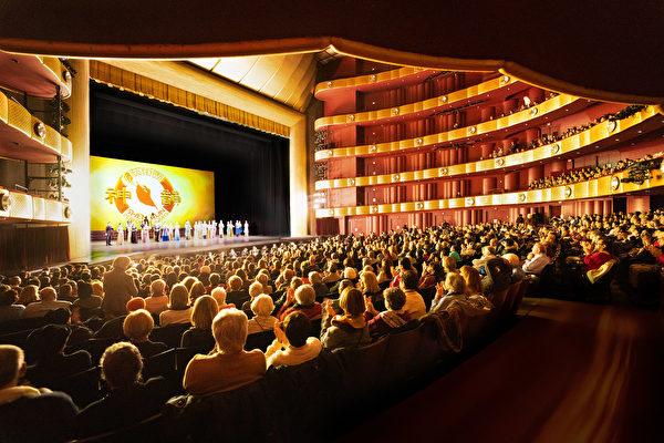 3月7日,神韻紐約藝術團在林肯中心大衛寇克劇院的演出盛況。(戴兵/大紀元)