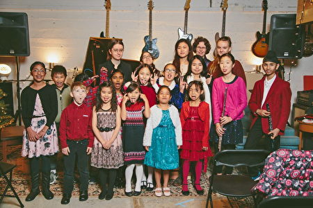 表演结束后,Rover Music School孩子们开心地做着各种搞怪表情合影。(Rover Music 提供)