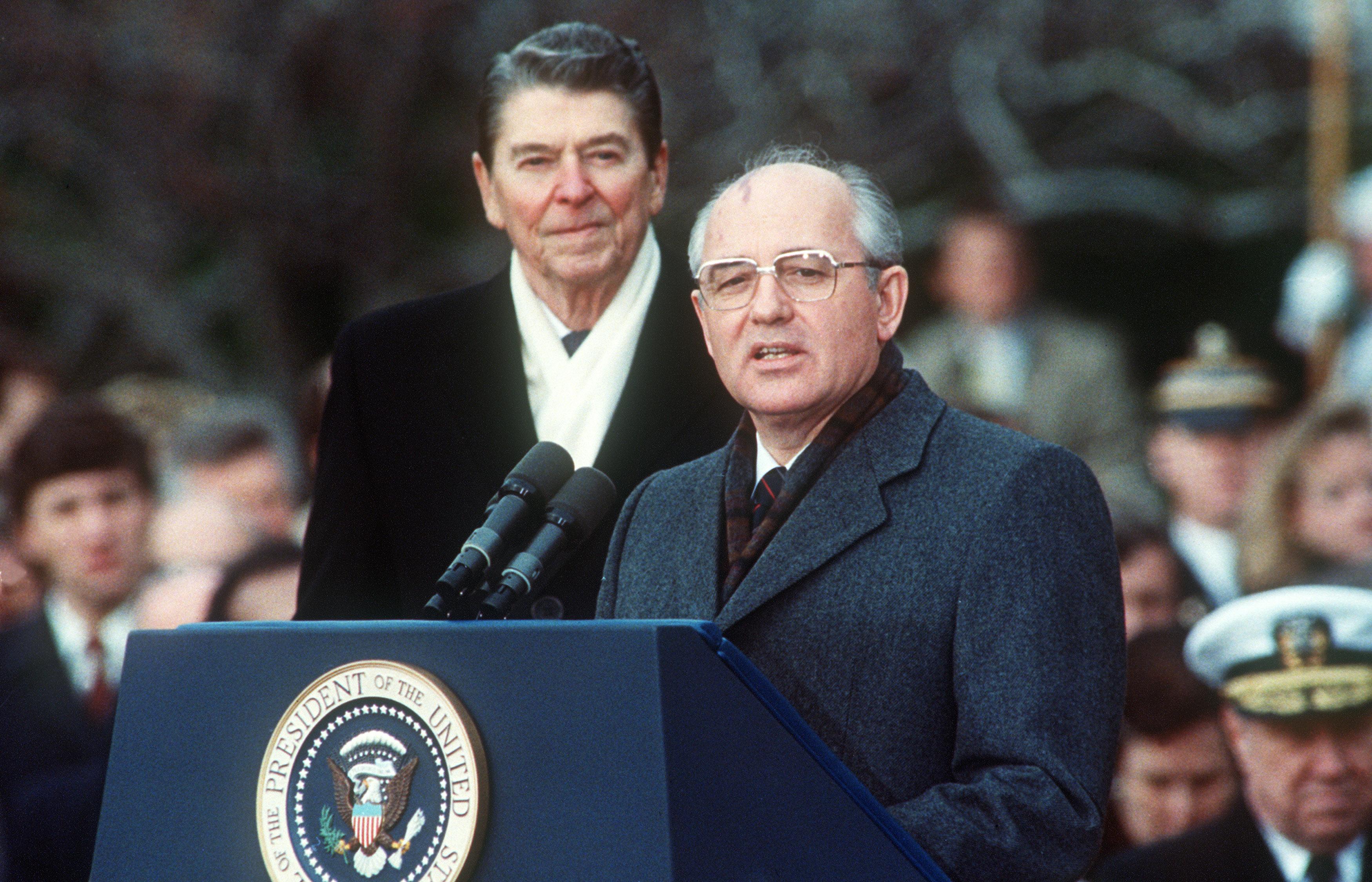 圖為1987年12月8日,美國總統列根和蘇聯領導人戈巴卓夫在白宮舉行的歡迎儀式上,這是他們舉行為期三天裁軍峰會的第一天。三天後,兩個超級大國的領導人簽署了《中導條約》。(JEROME DELAY/AFP/Getty Images)