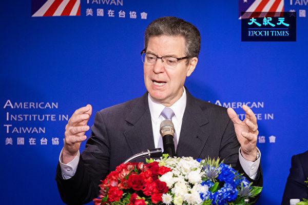美國國際宗教自由無任所大使布朗貝克(Sam Brownback)3月11日在台灣召開記者會回應媒體提問。(陳柏州/大紀元)