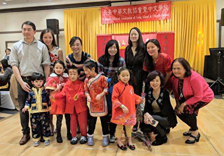 學童為新年晚會帶來精彩的唱遊表演。圖為家長和學童合影。