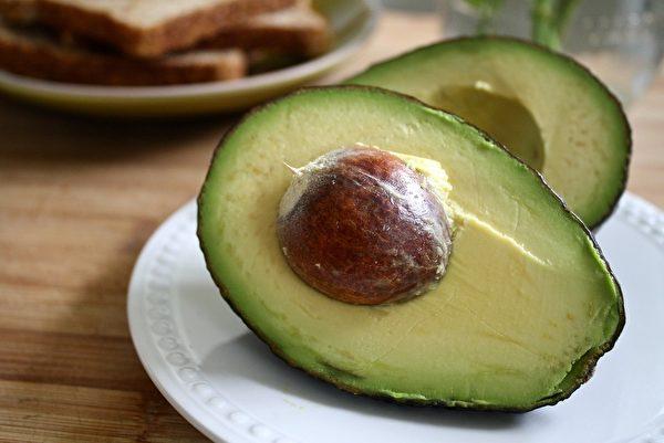 酪梨是高膳食纖維水果,而且其脂肪來自於植物,有助於降低膽固醇。