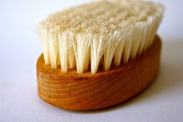 FDA建議食用酪梨前,先用蔬果刷(produce brush)擦洗外皮,沖洗後再用紙巾或乾淨的布揩乾。(公有領域)
