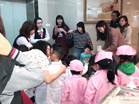 「小小護士營活動」,陪伴的爸媽也開心不已。(徐乃義/大紀元)
