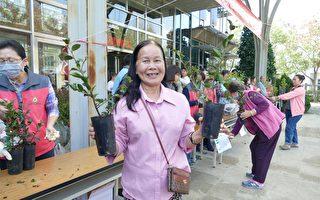 植树节赠八种苗木 林管处教植苗护树