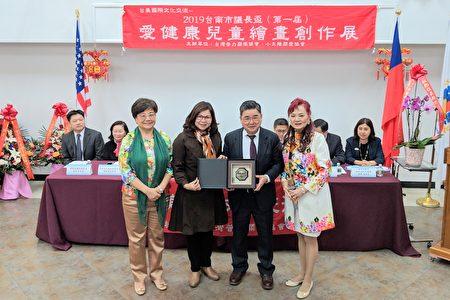 臺南市政府贈送吉祥物給紐約市議員顧雅明(前排右二)。