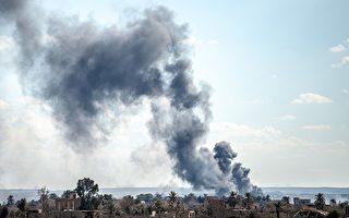 美国的支持部队3月1日向恐怖组织伊斯兰国(ISIS)发动最后一波袭击。图为叙利亚东部巴古兹村庄3月3日冒出浓浓烟雾。(Bulent Kilic/AFP/Getty Images)
