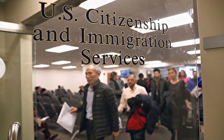 美國公民及移民服務局(USCIS)正計劃大幅削減其駐海外的服務人員,將資源轉移到國內辦事處。(John Moore/Getty Images)